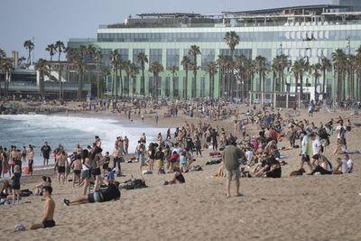Madrid se reencuentra con sus bares y las playas abren en parte de España