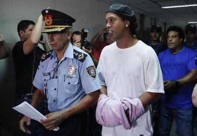 """Ronaldinho presentó al paraguayo que es su """"9"""" en la cárcel – Prensa 5"""