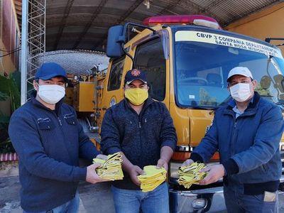 Docentes donan tapabocas a compañía de bomberos y policías en Misiones