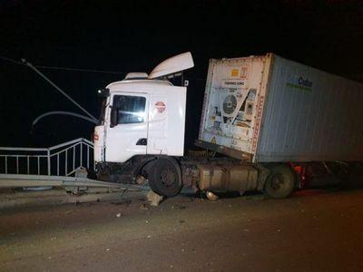 Camión casi cae de un puente tras choque en Concepción