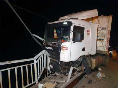 Milagro: Camión de gran porte casi cae del puente