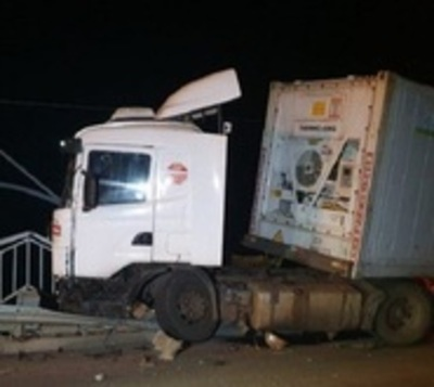 Camión se salva de milagro de caer al río