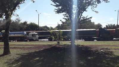 Caos en el tránsito esteño por largas filas de camiones