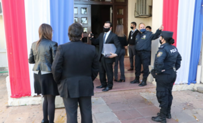 HOY / Fiscales se constituyen en el Ministerio de Salud para levantar las primeras evidencias