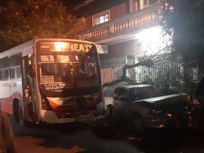 Pasajera sale despedida de colectivo tras cuádruple choque