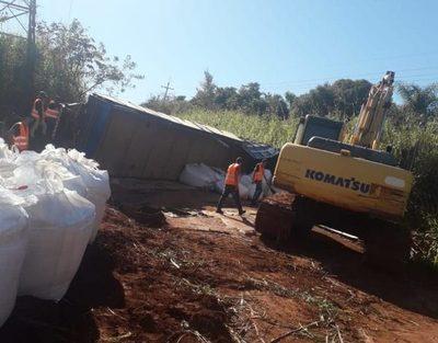 Vuelca camión cargado de fertilizantes