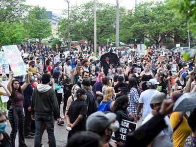 Muerte de afroamericano a manos de policías desata protestas