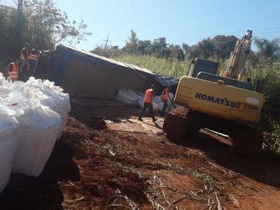 Aparatoso vuelco de camión con carga de 30.000 kilos de fertilizantes en Irala