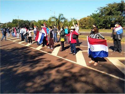 Ciudadanos se manifiestan contra la deuda de la Itaipú