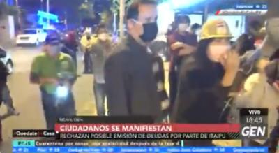 HOY / Ciudadanos autoconvocados se manifiestan rechazando posible emisión de deudas por parte de Itaipú