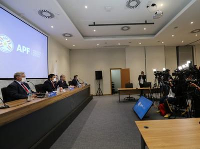 Robert Harrison, en conferencia de prensa, abordando los puntos de la reunión