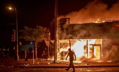 HOY / Muerte de George Floyd despierta la ira estadounidense contra la Policía: arde una comisaría