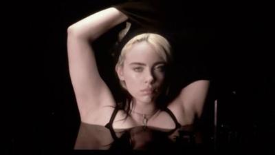 """Video: la cantante Billie Eilish protestó contra la """"humillación corporal"""""""