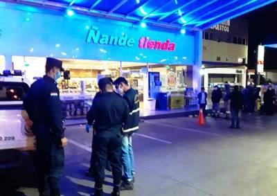 Motochorros asaltan servicentro y balean a playero, en Fernando • Luque Noticias
