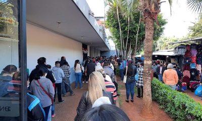Gran cantidad de personas en el BNF