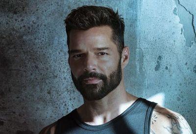 """Ricky Martin va contra el dolor de la pandemia con """"Pausa"""""""