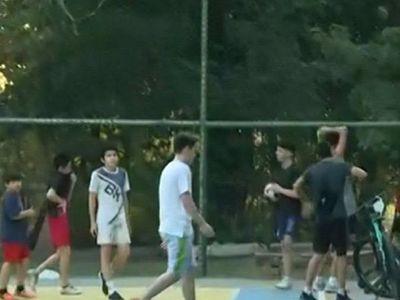 Violan cuarentena jugando fútbol y básquet en parque Carlos A. López