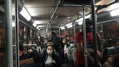 HOY / Recuerdan que solamente hasta 10 pasajeros pueden ir parados en buses
