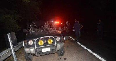 Hombre queda atrapado en su vehículo tras aparatoso accidente