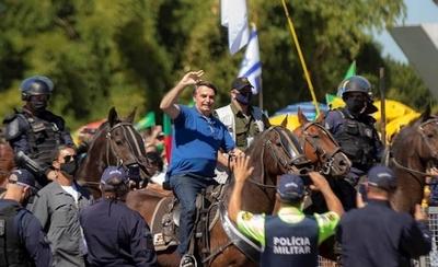 HOY / Bolsonaro se pasea a caballo entre miles de personas e ignora al COVID-19