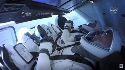 HOY / Astronautas abordan la Estación Internacional tras acople exitoso de la cápsula de SpaceX
