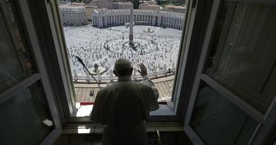 Los fieles vuelven a la Plaza deSan Pedro para escuchar al Papa