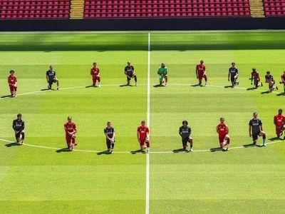 """Jugadores del Liverpool se arrodillan en Anfield: """"La unión hace la fuerza"""""""
