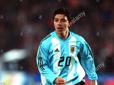 Ponen en subasta camiseta de Gallardo en Mundial 2002 para comprar alimentos
