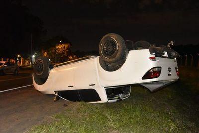 Conductor volcó tras quedarse dormido al volante