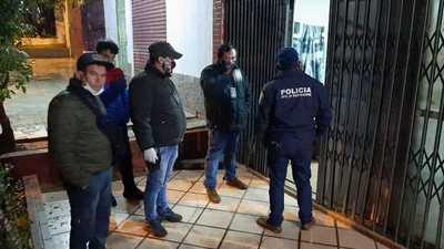 Allanaron dos viviendas en busca de asaltantes de farmacia