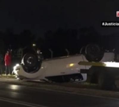 Se durmió al volante y volcó: Lo salvó el cinturón de seguridad
