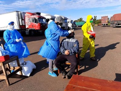 Choferes de camiones que ingresen a Paraguay serán sometidos a prueba de Covid-19