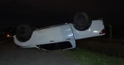 Camioneta casi cae a zanja tras volcar en Luque