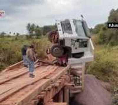 Camión vuelca en un puente de Tavaí