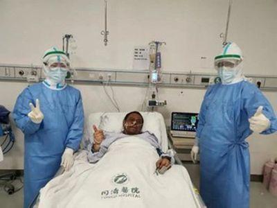 Falleció el doctor al que se le oscureció la piel por el Covid-19 en China