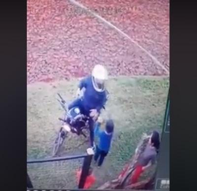 Niño enfrenta a asaltante para defender a su madre