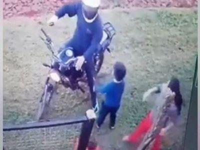 Niño se enfrentó a motochorro para defender a su mamá