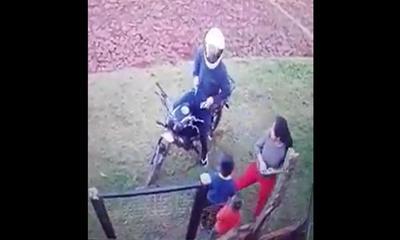 Motochorro atacó a una mujer y sus hijos – Prensa 5