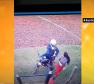 Niño defiende a su madre de motochorro que la asaltó