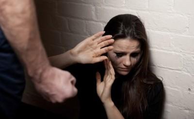 Acusan a un hombre por supuestos maltratos a su esposa e hijos
