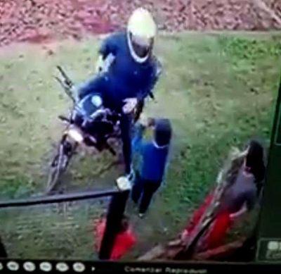 Niño defiende a su madre de motochorro