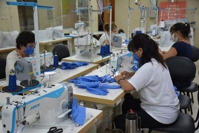Confeccionistas esperan acuerdo para provisión de batas a Salud
