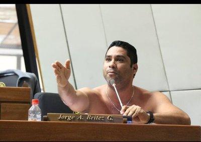 Diputado se saca la camisa en plena sesión y exige trabajo para los ciudadanos de Alto Paraná