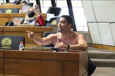 Diputado se quita la ropa en plena sesión y quiebra quórum