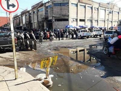 Despejan calles ocupadas por vendedores en zona del Mercado de Luque • Luque Noticias
