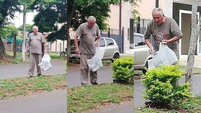 Ejemplo de ciudadano; junta posibles criaderos de mosquito que la gente tira por las calles