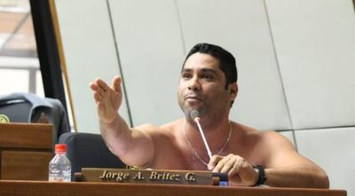 Diputado se desnuda en plena sesión para exigir reapertura del Puente de la Amistad