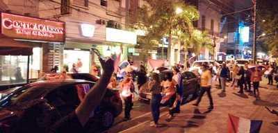 """¿Y el distanciamiento? Ciudadanos realizaron """"caravana contra la corrupción"""", pero terminaron aglomerándose"""