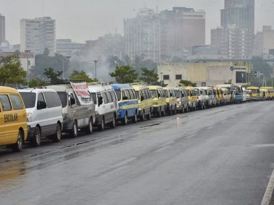 Caravana de transportes escolares en reclamo por falta de ayuda ante crisis