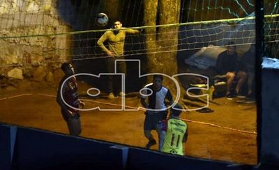 Arresto domiciliario para futbolistas que jugaban piki voley en cuarentena